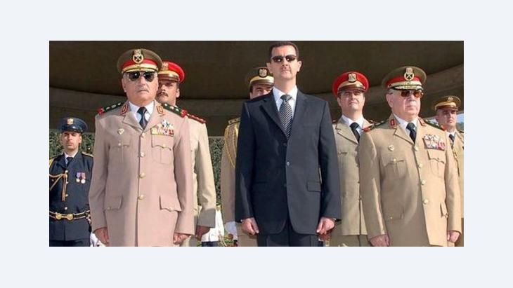 Syriens Präsident Assad im Kreis seiner Generäle; Foto: dpa