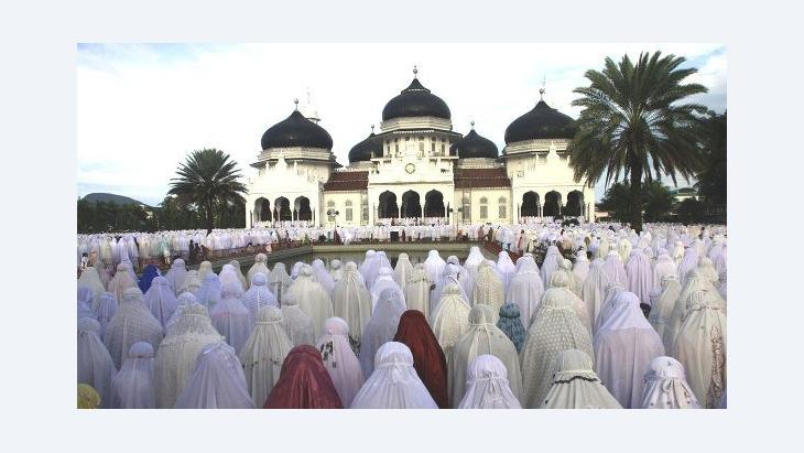 Gläubige beim Gebet vor der Baiturrahman-Moschee in Banda Aceh; Foto: AFP