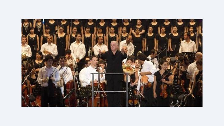 Stardirigent Barenboim mit dem von ihm mitgegründeten West-Eastern Divan Orchestra; Foto: dpa