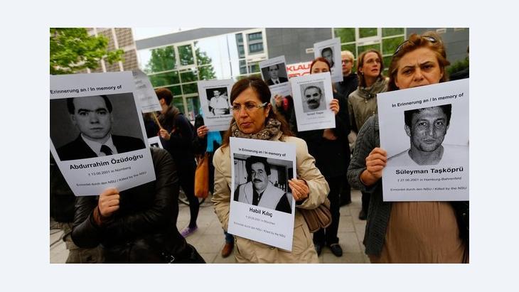 Demonstranten halten vor dem Gerichtsgebäude in München Plakate mit den Gesichtern der Opfer des NSU-Terrors hoch; Foto: Reuters/Kai Pfaffenbach
