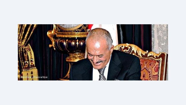 Jemens Präsident Saleh unterzeichnet die Golf-Initiative; Foto: dpa