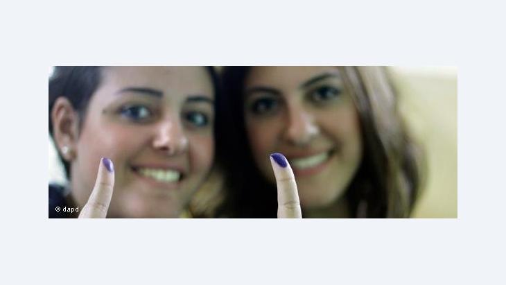Ägypterinnen nach der Stimmabgabe in einem Wahllokal in Kairo; Foto: dapd