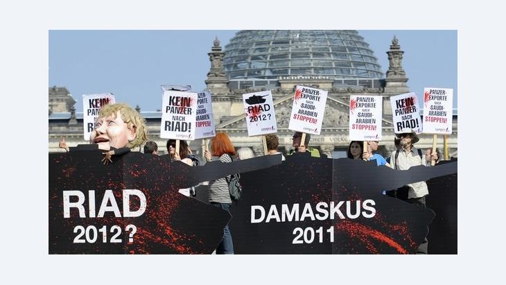 Protestaktion gegen Waffenexporte in die arabische Welt vor dem Deutschen Bundestag in Berlin; Foto: Michael Gottschalk/dapd