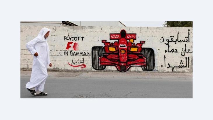 Mann passiert Graffiti mit der Aufschrift Boycott F1 in Bahrain; Foto: Reuters