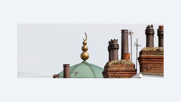 Moscheekuppel über britische Dächer; Foto: dpa