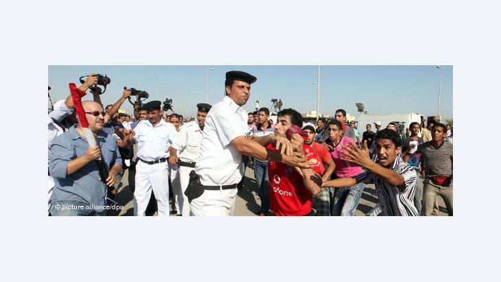 Ägyptische Sicherheitsbeamte halten Demonstranten am 29. Juli 2011 auf dem Tahrir-Platz in Schach; Foto: dpa