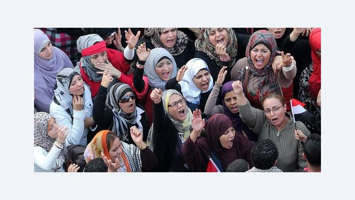 Frauenaktivistinnen demonstrieren gegen die Machterweiterung Mursis in Kairo, Foto: dpa/picture-alliance