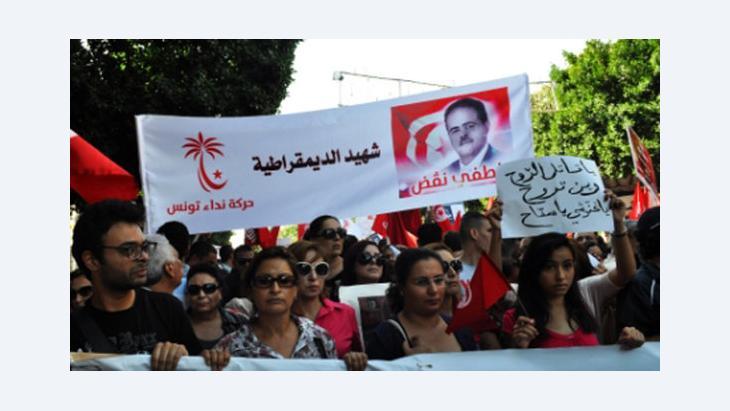 Anhänger der Partei Nida' Tounes (Der Ruf Tunesiens) demonstrieren in Tunis; Foto: Sarah Mersch/DW