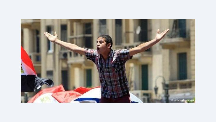 Junger Revolutionär während einer Demonstration in der Kairoer Innenstadt; Foto: dpa/picture-alliance