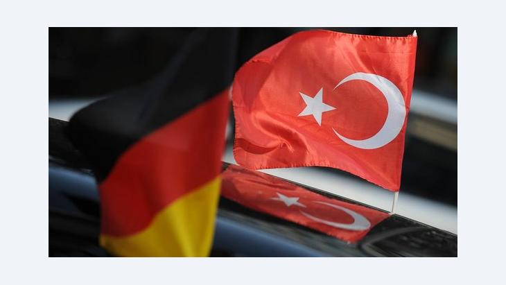 Deutsche und türkische Fahne; Foto: dpa/picture alliance