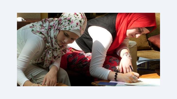 Studentinnen des Erstsemesters schreiben sich an der Fakultät für Islamische Studien in Sarajevo ein; Foto: Charlotte Wiedemann