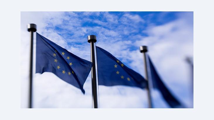 EU-Fahnen vor der EU-Kommission in Brüssel; Foto: Thierry Monasse/DPA