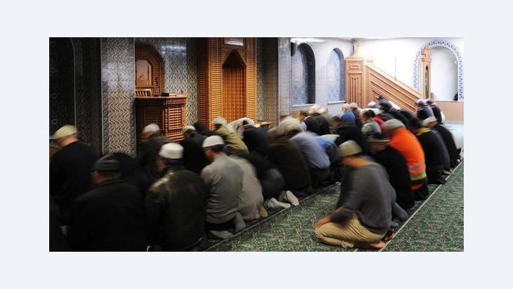 Männer beim Beten in der Eyüp Sultan Camii in Hamburg, Foto: picture-alliance/dpa