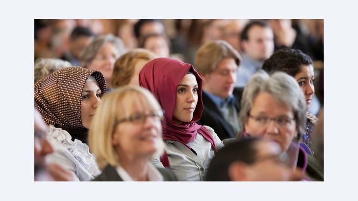 Muslimische Frauen verfolgen eine Feierstunde in der Westfälischen Wilhelms-Universität in Münster; Foto: Rolf Vennenbernd/dpa