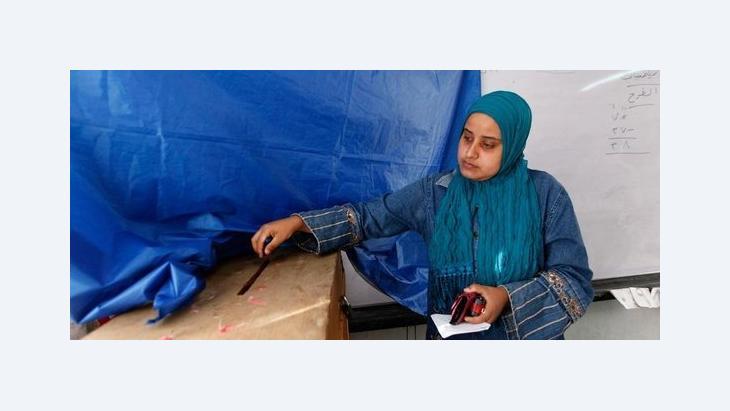 Ägypterin bei der Stimmabgabe in Alexandria während der Parlamentswahl; Foto: AP
