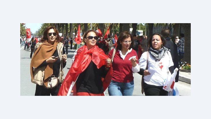 Drei Tunesierinnen demonstrieren im Zuge der Debatte über die Vergewaltigung einer jungen Frau von drei Polizisten; Foto: Monia Ghanmi/DW