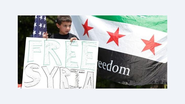 Exilsyrischer Junge in den USA hält Fahne mit der Aufschrift freies Syrien hoch; Foto: Reuters