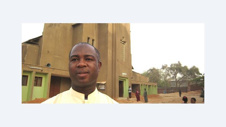 Generalvikar Peter Ebidero vor einer katholischen Kirche in Kano, Foto: dpa