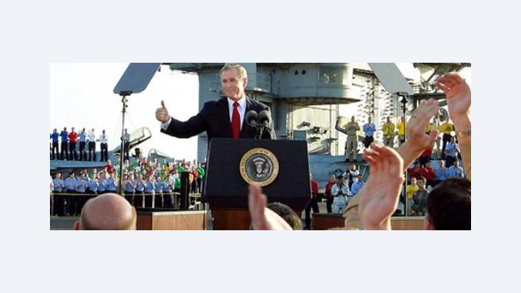 "''Mission accomplished"": George W. Bush kündigt Ende der Hochphase im Irakkrieg an; Foto: AP"