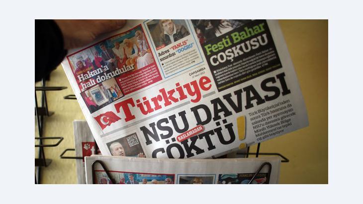 Türkische Tageszeitung Hürriyet an einem Zeitungsstand; Foto: picture-alliance/dpa