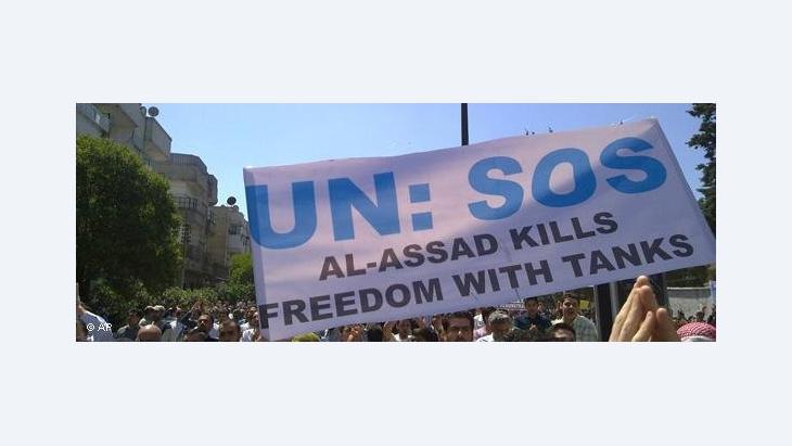 Demonstranten in der syrischen Stadt Homs fordern die Intervention seitens der UN; Foto: AP