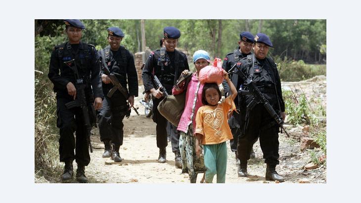 Angehörige der schiitischen Minderheit fliehen in Sampang, Indonesien; Foto: dpa/picture-alliance