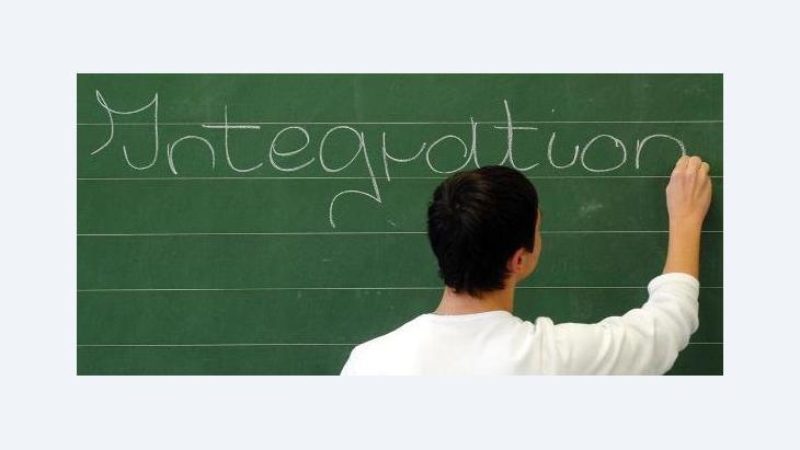 Schüler schreibt das Wort 'Integration' an die Tafel; Foto: AP