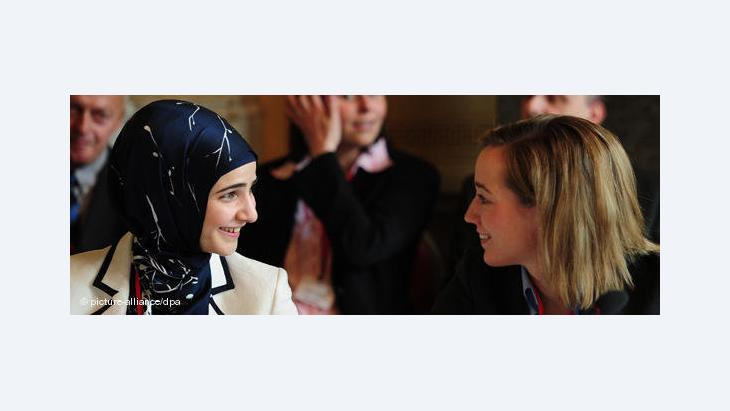 Tuba Isik-Yigit und Kristina Schröder auf der Islamkonferenz 2010; Foto: dpa