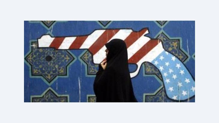 Iranerin passiert Wandbild an der ehemaligen US-Botschaft in Teheran; Foto: dpa