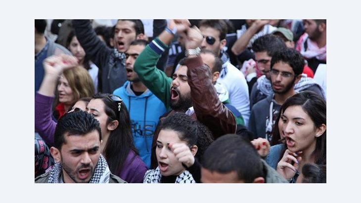Libanesische Demonstranten vor der syrischen Botschaft in Beirut, Foto: DW/Dareen Al Omari