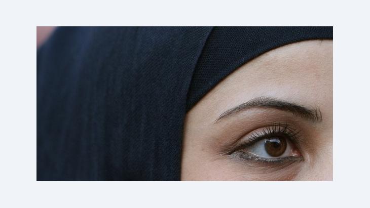 Junge Muslima mit Kopftuch, Foto: dpa