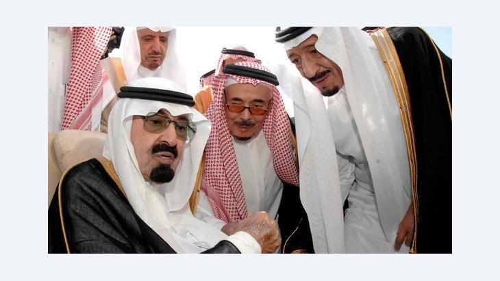 König Abdullah umgeben von Mitgliedern des saudischen Königshauses; Foto: epa/Saudi Press Agency