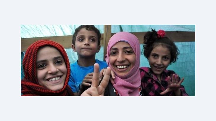 Tawakkul Karman (rechts) gemeinsam mit ihren Kindern in einem Zelt der Opposition in Sana'a; Foto: dapd