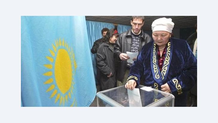 Kasachin bei der Stimmabgabe in einem Wahllokal in Almaty; Foto: AP
