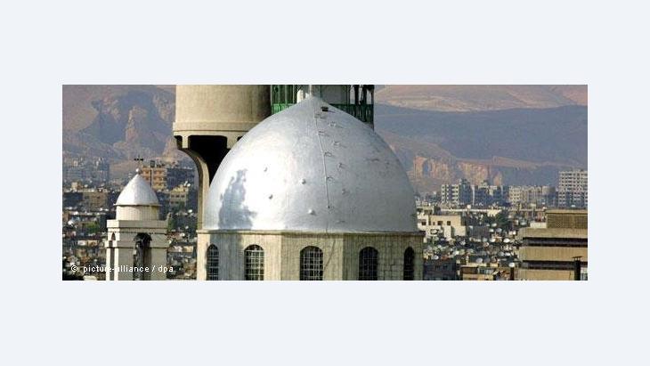Blick auf die Kuppel der armenisch-orthodoxen St. Serge Kirche und die dahinter liegende Osttor-Moschee in Damaskus; Foto: dpa