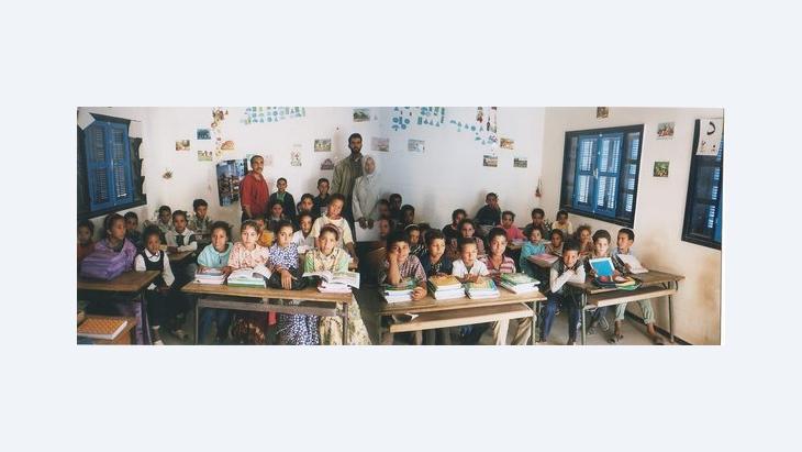 Kinder einer Landschule bei Essaouira erhalten Bücher der Bücherkarawane; Foto: Regina Keil-Sagawe