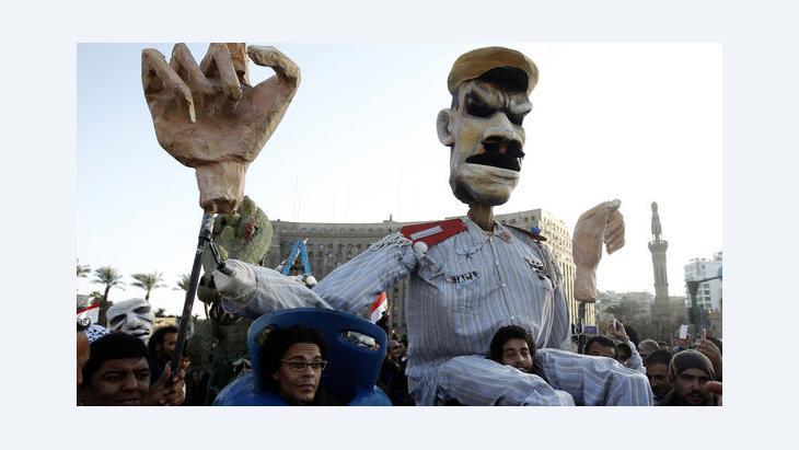 Demonstranten tragen auf dem Tahrir-Platz in Kairo eine Puppe, die Ägyptens Präsident Mursi darstellen soll; Foto: Reuters