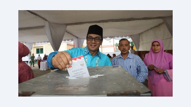 Mawardi Nurdin, Kandidat bei den Lokalwahlen auf Banda Aceh im April 2012 bei der Stimmabgabe; Foto: Epa