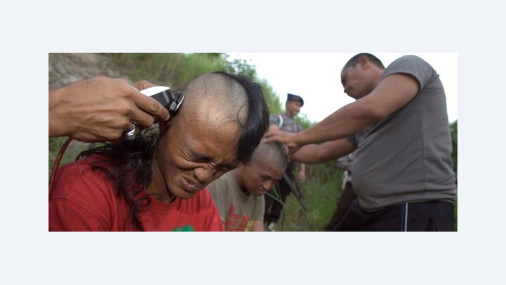 Polizeibeamte rasieren die Köpfe von indonesischen Punks am 14. Dezember 2011; Foto: EPA