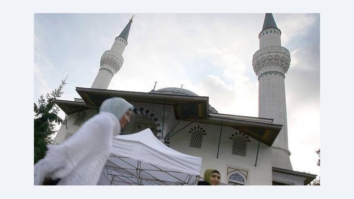 Frau passiert Sehitlik-Moschee in Berlin-Neukölln; Foto: dpa