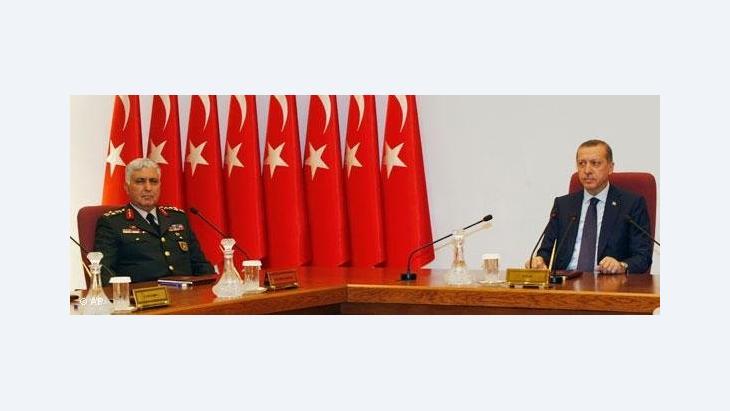 Generalstabschef Necdet Özel und Ministerpräsident Erdogan; Foto: AP
