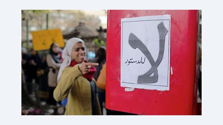 Ägyptische Aktivistin zeigt auf ein Plakat mit der Aufschrift 'Nein zur Verfassung!'; Foto: dpa/picture-alliance