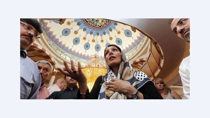Die türkisch-stämmige baden-württembergische Integrationsministerin Bilkay Öney (SPD) bei einem Besuch der Yavuz Sultan Selim Moschee in Mannheim im Rahmen des Tages der offenen Moschee; Foto: dpa