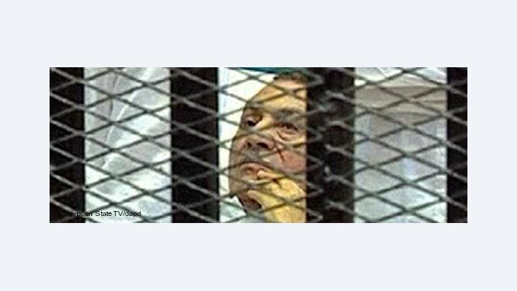 Hosni Mubarak in einem Käfig im Gerichtssaal in der Polizeiakademie von Kairo; Foto: Egyptian State TV/AP/dapd