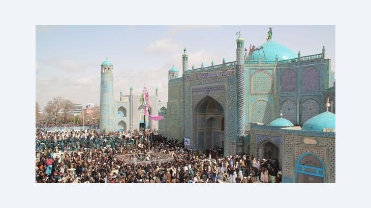 Tausende Afghanen versammeln sich vor der Blauen Moschee und dem 'Schicksalsmast' in Masar-i-Scharif; Foto: Marian Brehmer