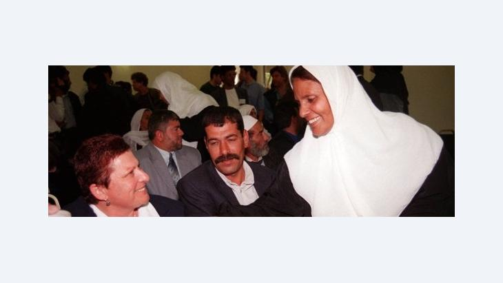 Palästinenser und Israelis während eines Treffens im Präsidentenhaus in Jerusalem 1999; Foto: AP Photo/Adel Hana