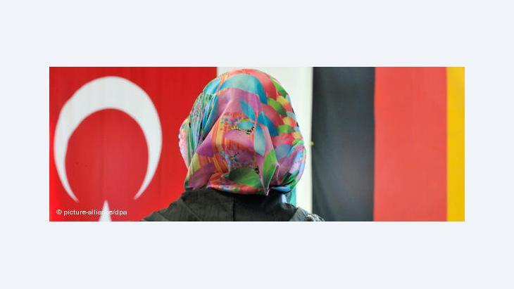 Fotomontage: Frau mit Kopftuch vor deustcher und türkischer Fahne; Foto: dpa