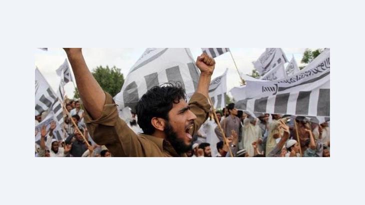 Anhänger der von den UN als Terrororganisation eingestuften Jamaat-ud-Dawa protestieren in Karachi gegen die US-Militäraktion, bei der Osama Bin Laden getötet wurde; Foto: dpa