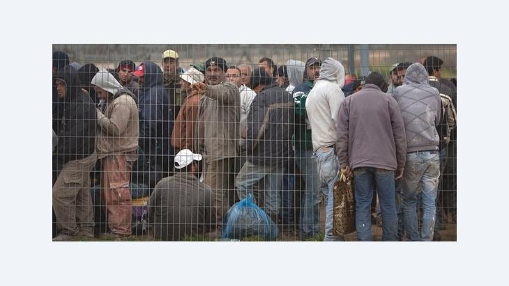 Wartende palästinensische Arbeiter an einem Trennungszaun zwischen der jüdischen Siedlung Modiin Elite und dem Westbank-Dorf Harbeta; Foto: AP