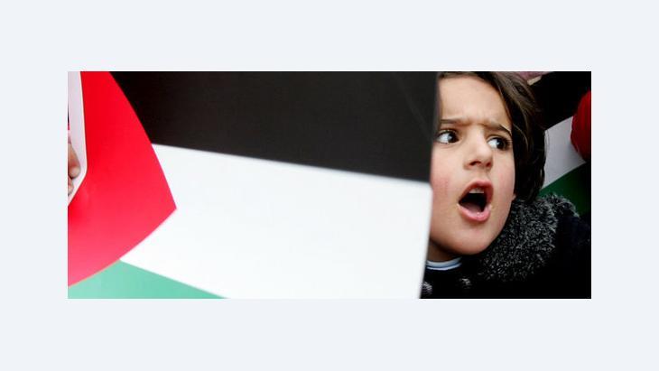 Mädchen mit palästinensischer Fahne; Foto: AP